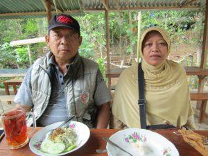 Ibu dan Bapak Icip-Icip Mie Lethek