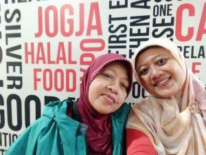 Selfie Bareng Ibu di Salah Satu Spot Foto Instagramable di Jogja Halal Food EXPO 2019 (Dokumentasi Pribadi)
