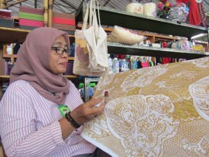 Belajar Bareng Kak Rose (Pengrajin Batik Tulis dari Imogiri) di Acara Gelar Produk Craft & Fashion Istimewa